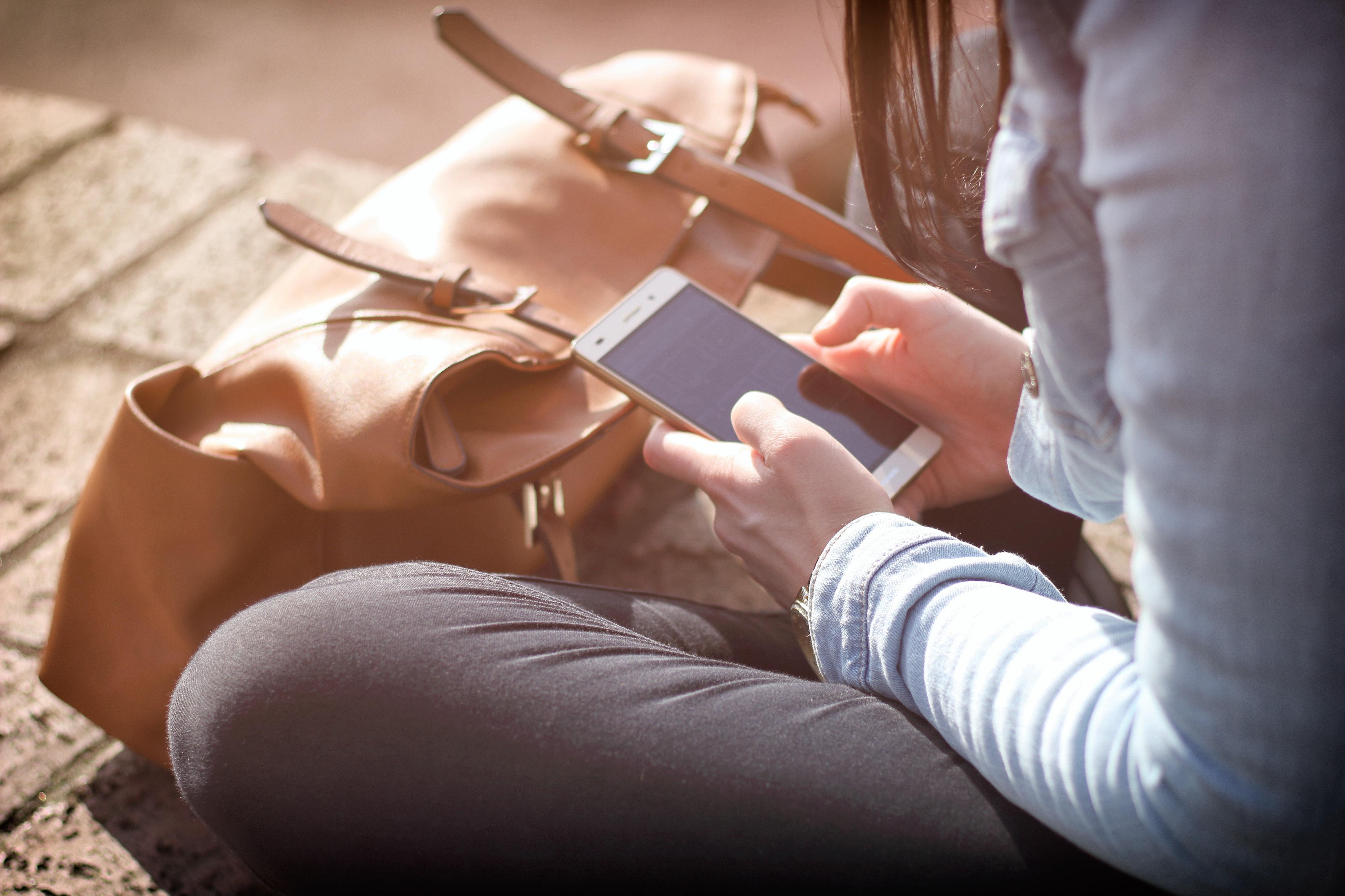electronics-girl-hands-359757